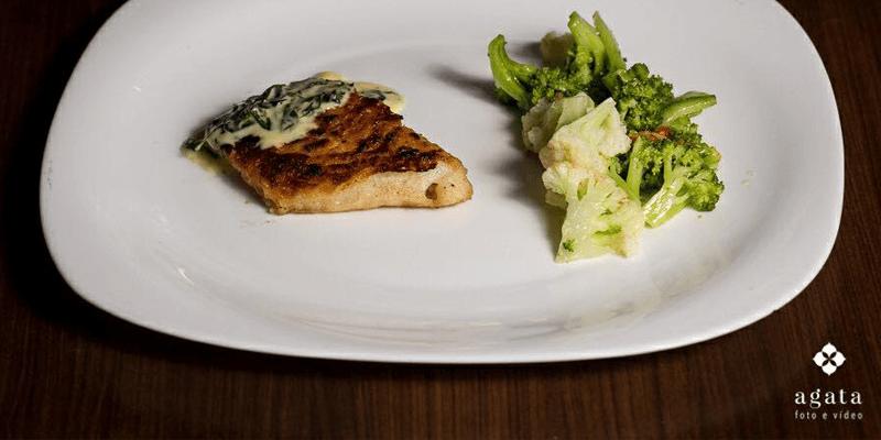 Peixe grelhado com legumes cozidos. Saudável e gostoso!