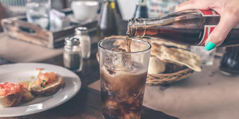 refrigerante e água em casamento